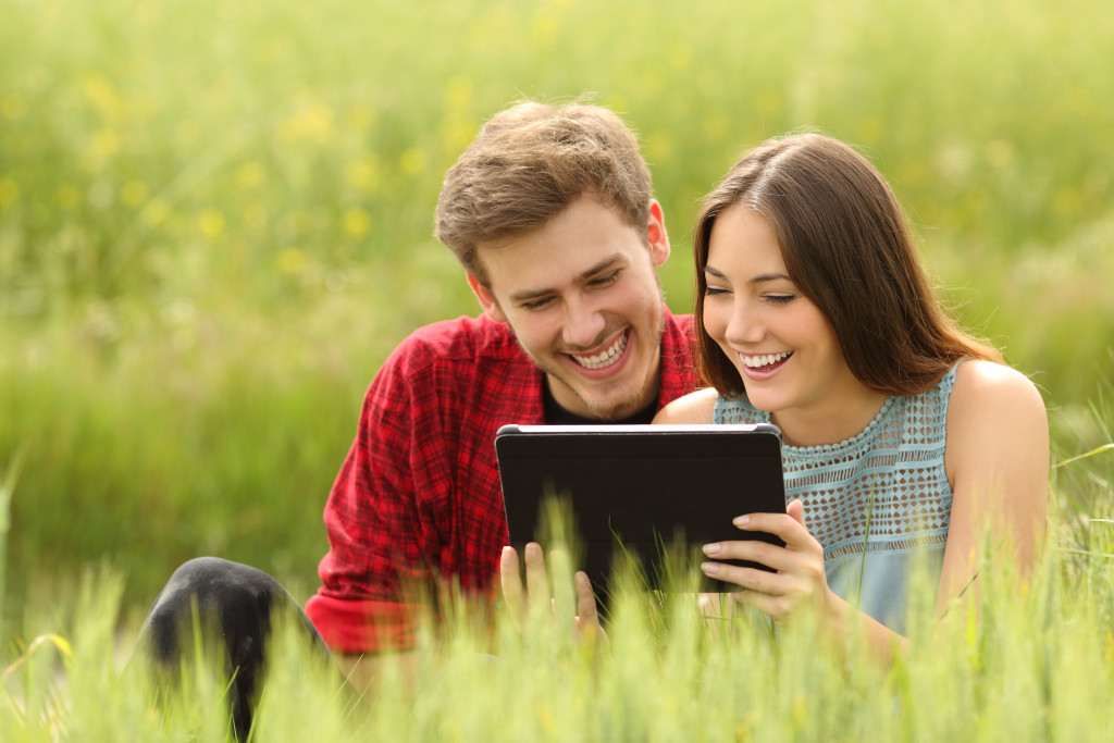 couple playing mobile games
